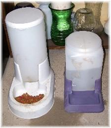 Cat feed dispenser (empty)